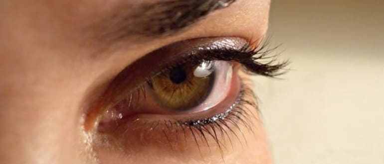 Почему дергается верхнее веко глаза